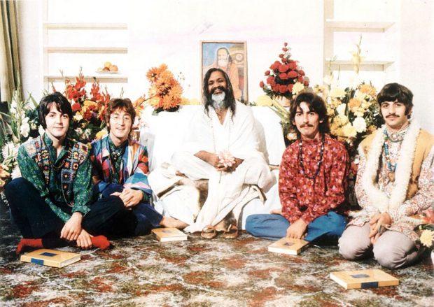 I-Beatles-con-Maharishi-Mahesh-Yogi-a-Rishikesh-India-nel-febbraio-1968.-