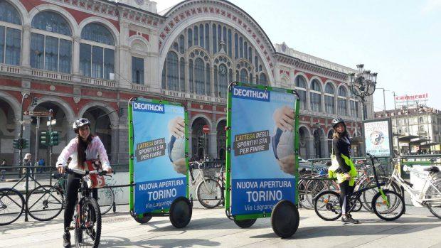 in bici per pubblicizzare apertura Decathlon a Torino